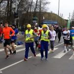 Zawodnicy w przebraniu pracowników budowy podczas biegu
