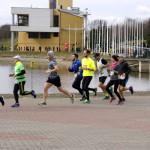 Zawodnicy biegnący do mety