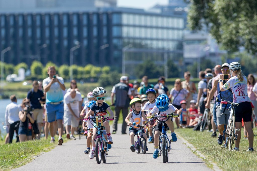 Dzieci podczas wyścigu rowerowego