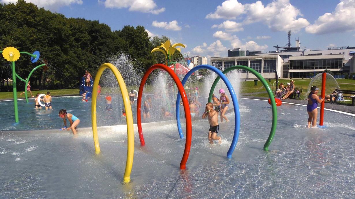 Dzieci korzystają z wodnego placu zabaw