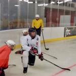 Hokej na lodzie zawodnicy przy banzie