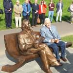 Odsłonięcie ławeczki Klemensa Mikuły (3) Pierwsza osoba siedząca obok rzeźby Klemensa Mikuły to Andrzej Wituski