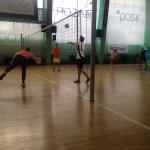 dzieci grają w siatkówkę
