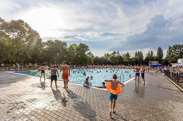 Ludzie na dużym basenie