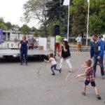 Dzieci rywalizują w konkursie hula hop