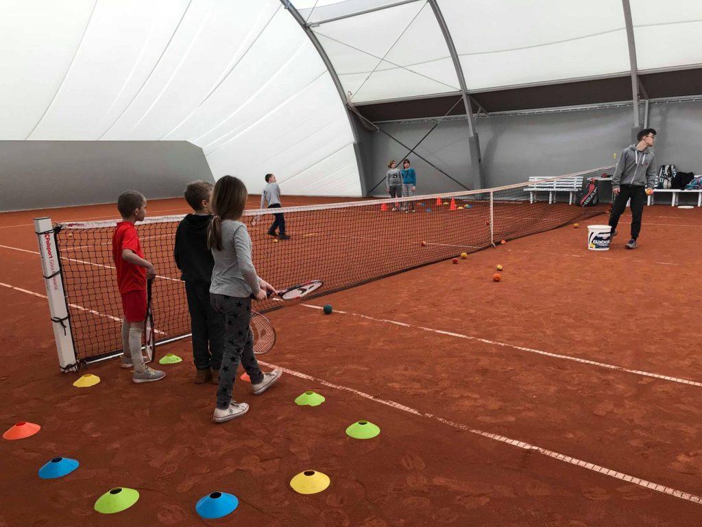 Akcja Zima z POSiR (3) Dzieci na korcie tenisowym