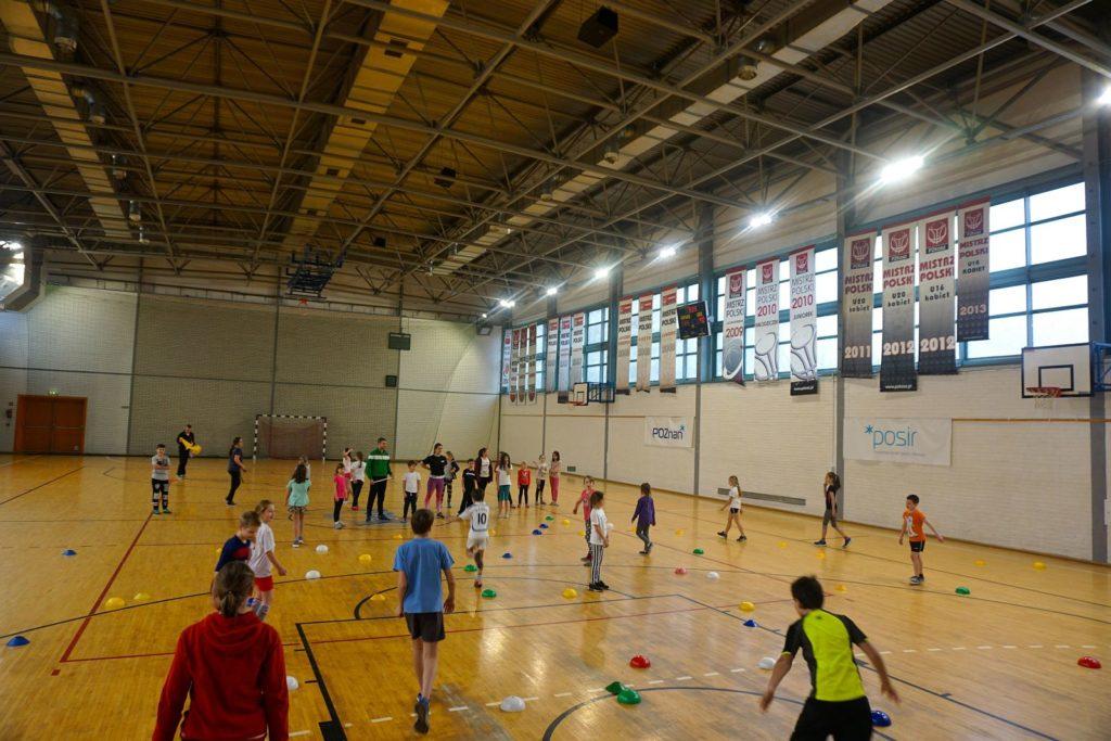Akcja Zima z POSiR (4) Dzieci ścigają się na hali sportowej