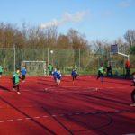 Boisko na Nadolniku (2) Dzieci grają w piłkę