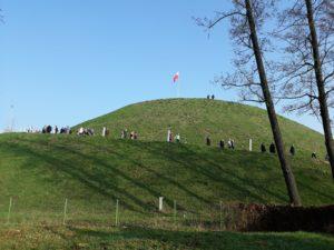 Kopiec Wolności Otwarty (1) Widok ogólny - ludzie na kopcu