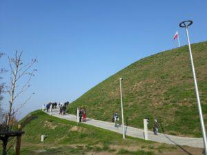 Kopiec Wolności Otwarty (5) Ludzie na zboczu kopca