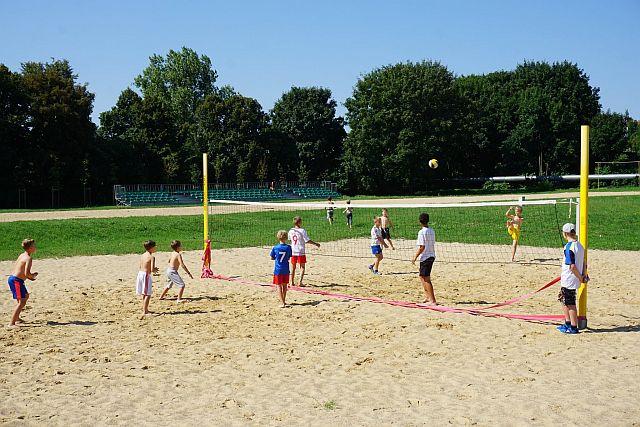 Niedziela Chwiałka dobra zabawa (1) Dzieci na boisku do siatkówki plażowej