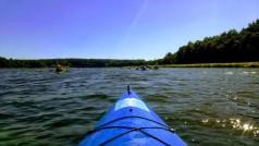widok na jezioro z kajaka