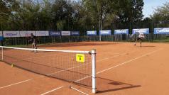 Kort odkryty - tenisiści grają debla