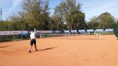 Kort odkryty - tenisista serwuje