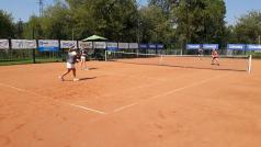 Kort odkryty - tenisistki grają debla