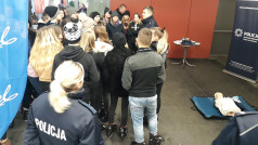Lodowisko Chwiałka - Policjant w rozmowie z młodzieżą przy fantomie do pierwszej pomocy
