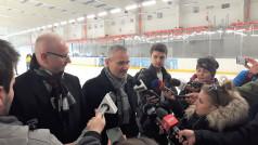Wojewoda Mikołajczyk i Prezydent Solarski rozmawiają z dziennikarzami na lodowisku