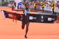 Zwycięzca biegu przebiega linię mety (fot. Jakub Kaczmarczyk)
