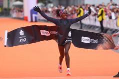 Zwyciężczyni biegu przebiega linię mety (fot. Jakub Kaczmarczyk)