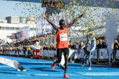 Zwycięzca na mecie maratonu w 2019 r. (fot. Adam Ciereszko)