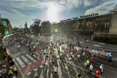 Maratończycy na trasie - ujęcie z lotu ptaka (fot. Adam Ciereszko)