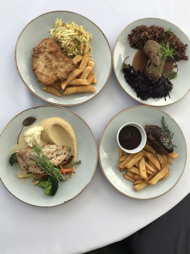 Cztery talerze z daniami