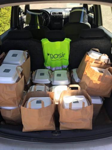 Pojemniki z obiadami w bagażniku samochodu