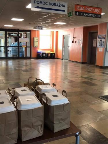 Pojemniki z obiadami w holu szpitala