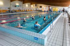 Ludzie ćwiczą w basenie Atlantis
