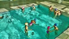 Dzieci na małym basenie