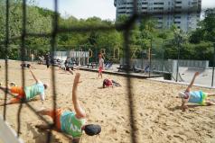 Ludzie trenują na boisku do siatkowki plażowej