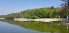 Kąpielisko Krzyżowniki, widok na plażę od strony jeziora