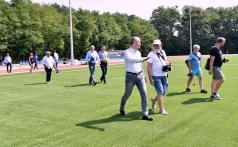 Uczestnicy otwarcia na murawie boiska