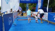 Junior Poznań Triathlon - dziecko z rodzicami wbiega na metę