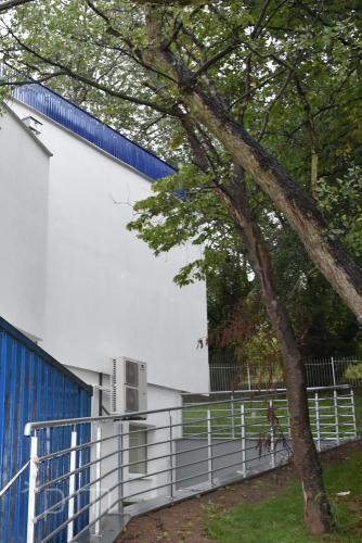 Ściana szczytowa i poręcz przy budynku