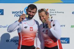 Osada parawioślarzy mix na podium z brązowymi medalami