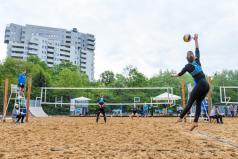 Chwiałka Volley - turniej żeński - siatkarka serwuje (fot. P. Rychter)
