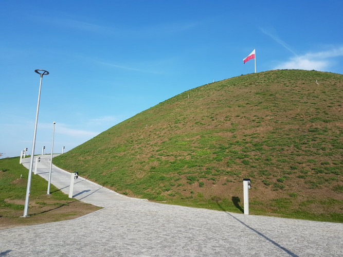 Widok ogólny kopca z flagą na szczycie