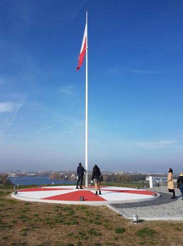 Szczyt kopca - maszt z flagą