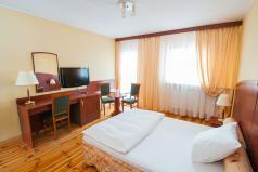 Wnętrze - sypialnia z łóżkiem małżeńskim