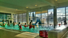 Dzieci na małym basenie (fot. B. Jasiński)