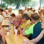 seniorzy przy stołach