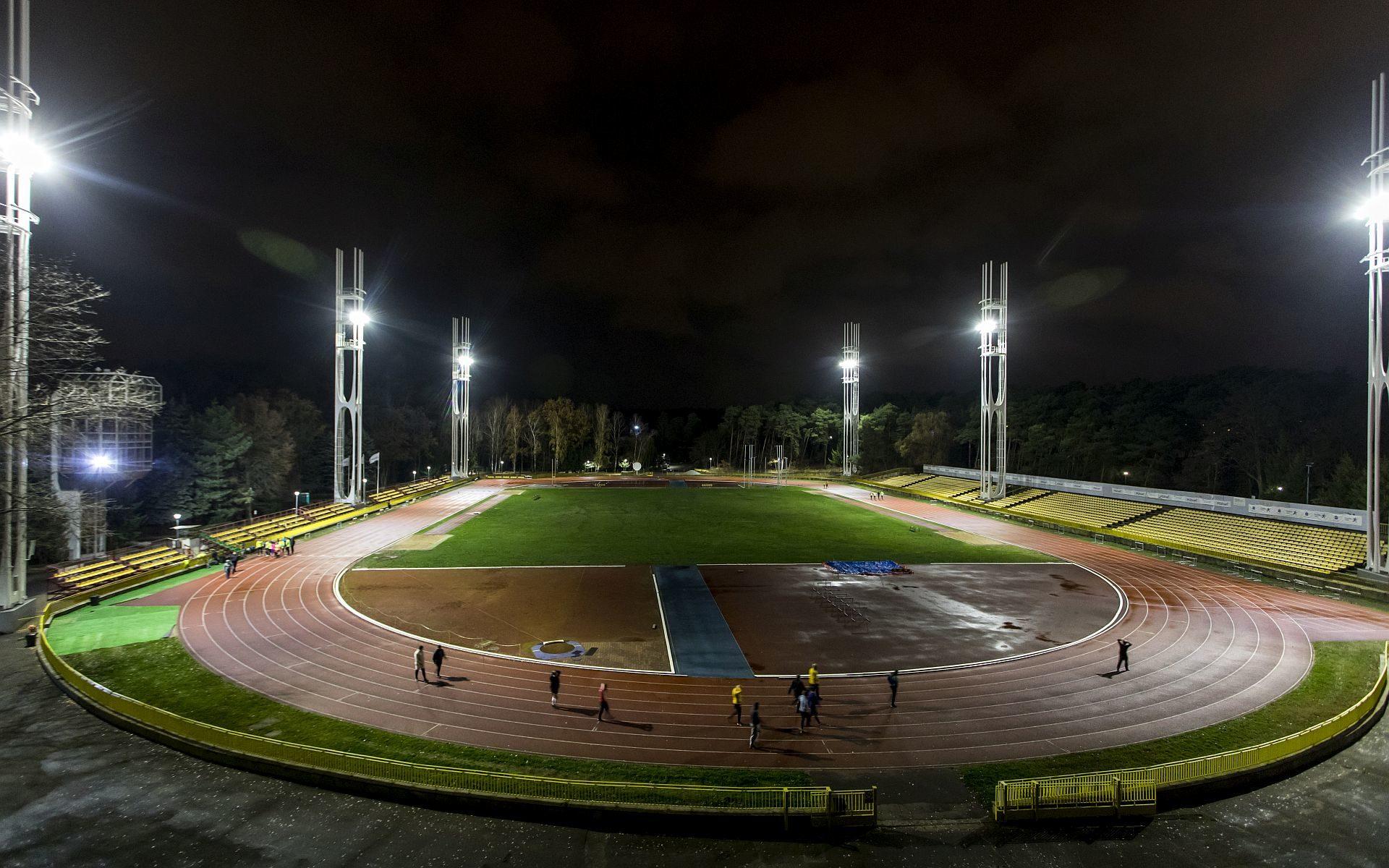 Stadion nocą (fot. Adam Ciereszko)