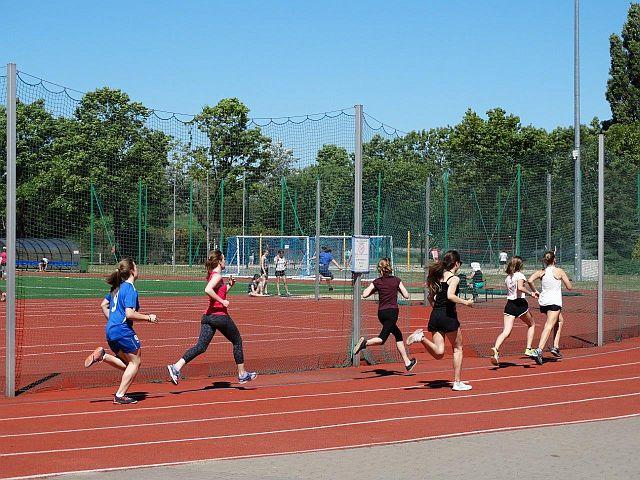 Młodzieżowy Ośrodek Sportowy (1) Biegaczki na bieżni boiska lekkoatletycznego