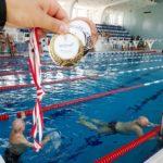 Spartakiada seniorów (4) Ujęcie medali na tle basenu
