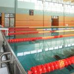 Pływalnia kryta Rataje (2) Słupki startowe - fragment basenu