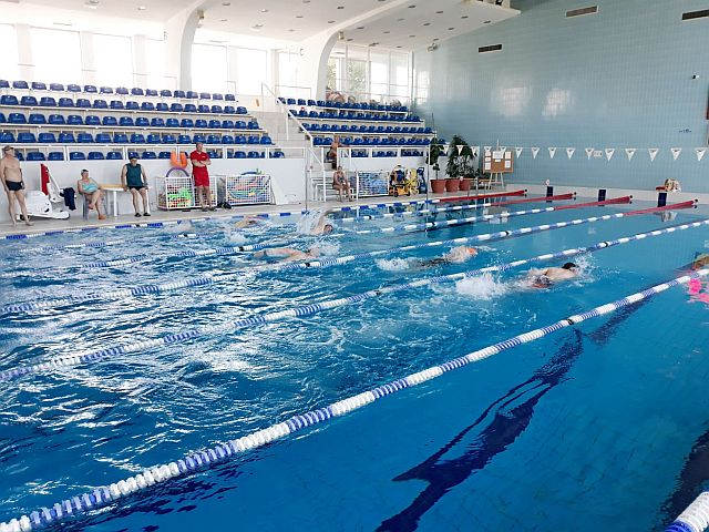 Pływalnia kryta Chwiałka - seniorzy pływają