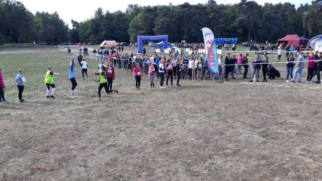 Zdjęcie z zeszłorocznego biegu - widok ogólny polana harcerza - biegacze - kibice
