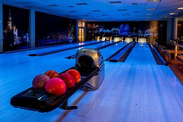 Bowling Oddział Rataje - tor bowlingowy z kulami (fot. Adam Ciereszko)