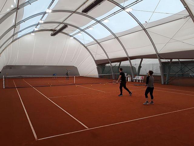 Hala tenisowa w Oddziale Rataje - ludzie na korcie